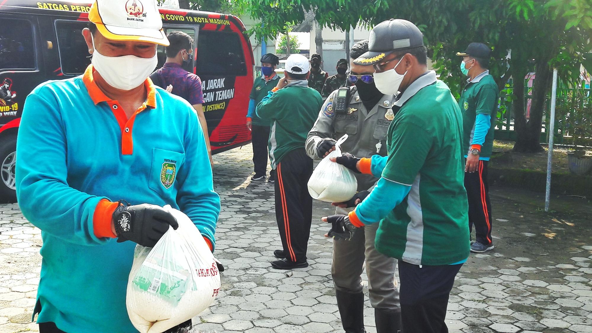 Walikota Madiun Salurkan Bantuan Sembako Bagi Petugas Makam, Petugas Kebersihan dan Modin di Lingkungan Kelurahan Josenan