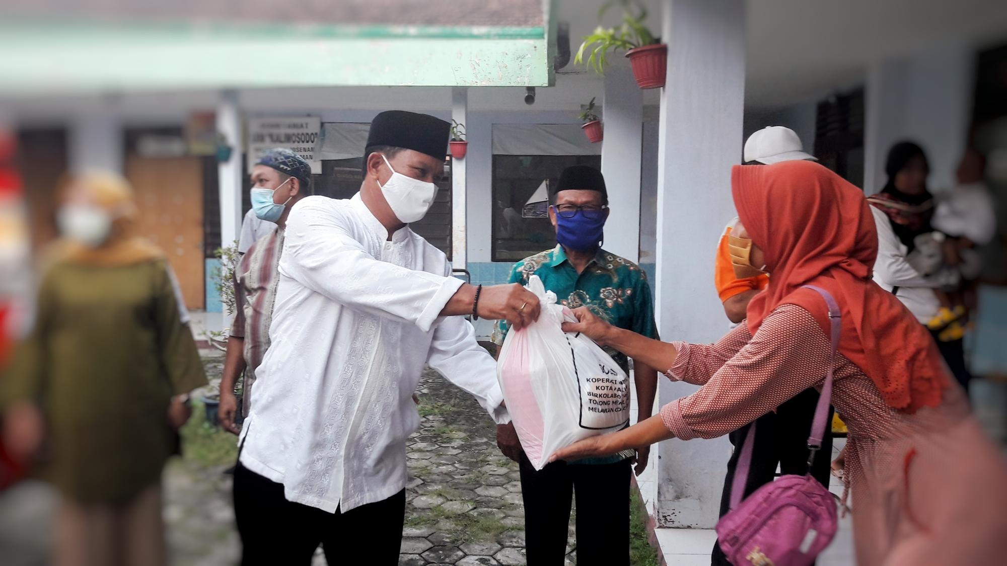 Walikota Madiun Salurkan Bantuan Sembako Bagi Balita Stanting di Lingkungan Kelurahan Josenan